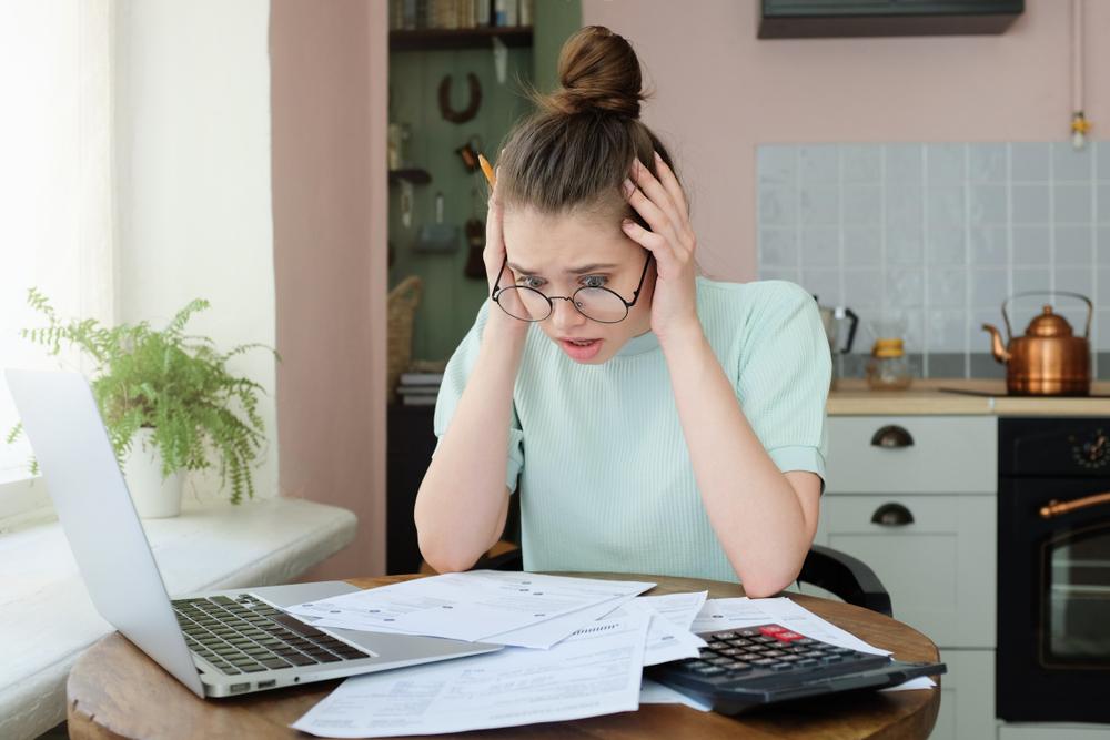 Illustrasjonsfoto av student som betaler regninger